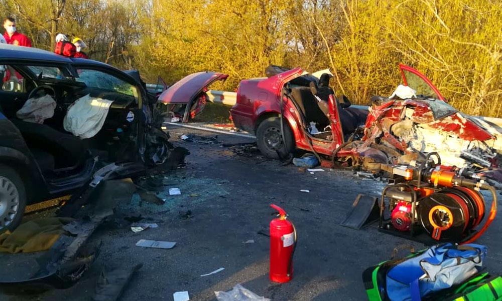 Halálos baleset a 6-os úton, csúnyán összeroncsolódtak az autók