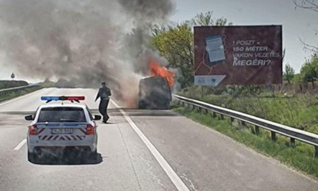 Kigyulladt egy kisbusz az M7-esen, óriási a torlódás