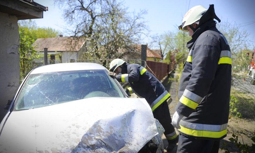 Gázszivárgást okozott egy kerítésbe csapódó autó Délegyházán