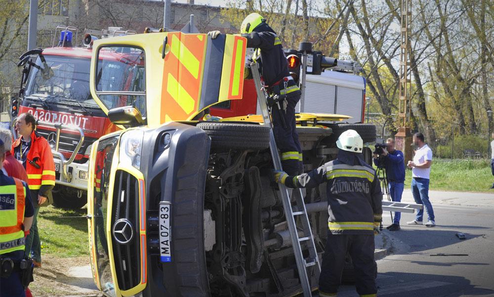 Felborult egy mentőautó Zuglóban
