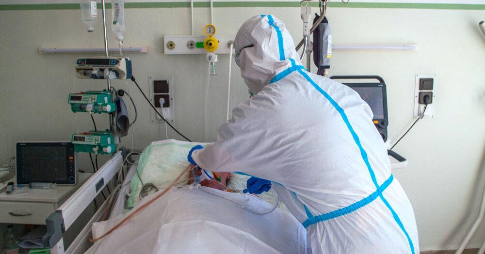 Nem csitul a harmadik hullám: Döbbenetesen sok koronavírusos beteget ápolnak kórházban, közel 1200-an vannak lélegeztetőgépen