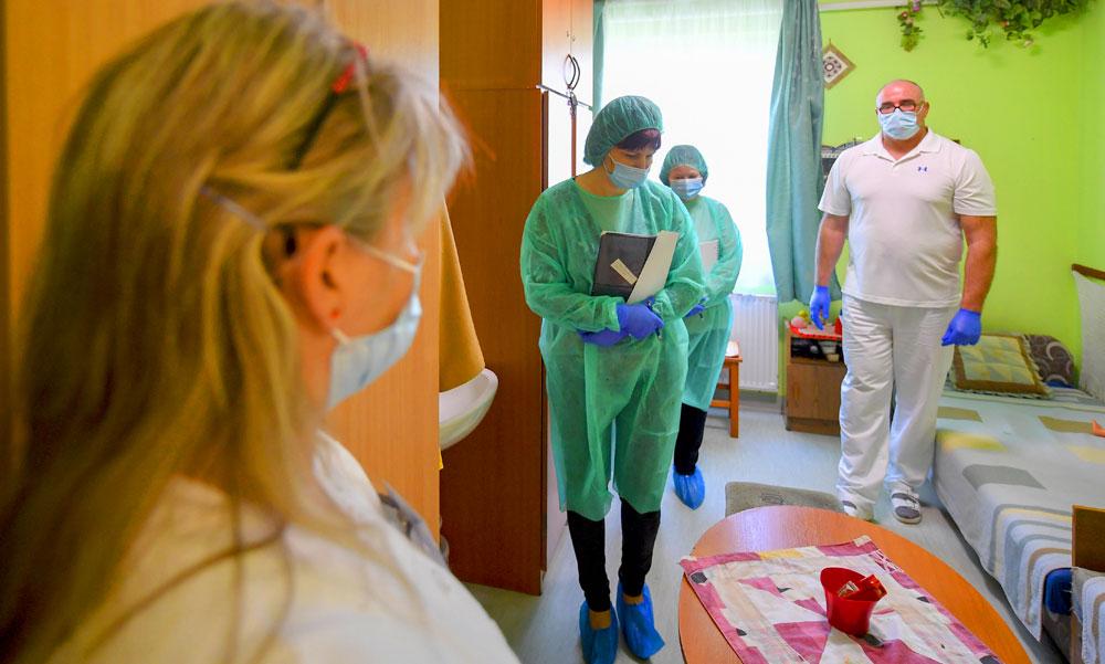 1820 új fertőzöttet azonosítottak, 205-en vannak lélegeztetőgépen: az infektológus szerint napi 100-150 halott is lehet