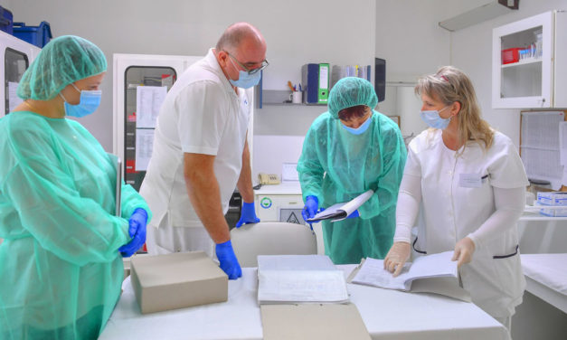Megvan a koronavírus-teszt! Kiderült fertőzött-e az a tanár, akit a gyermekek közül vittek kórházba