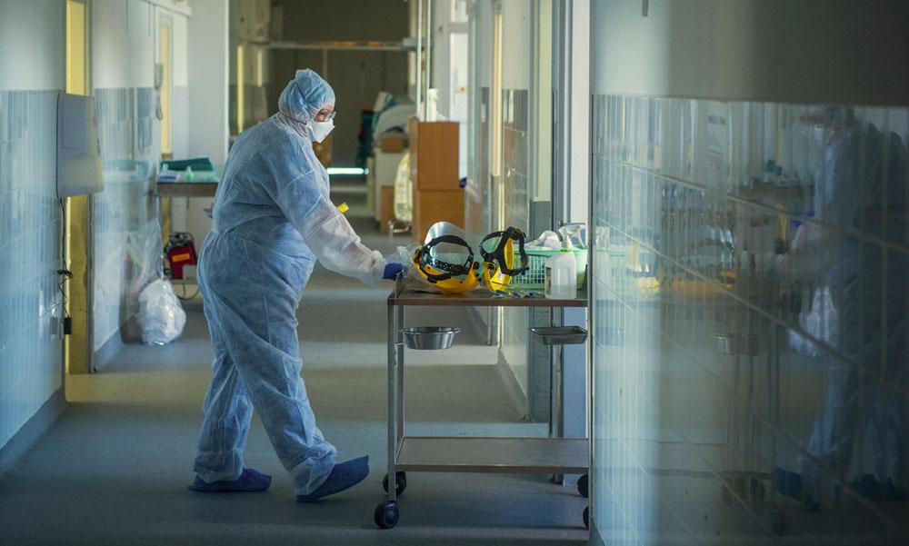 2316 új fertőzött, 47-en haltak meg: hivatásos őrökkel tartattnák be a boltokban a maszkviselést