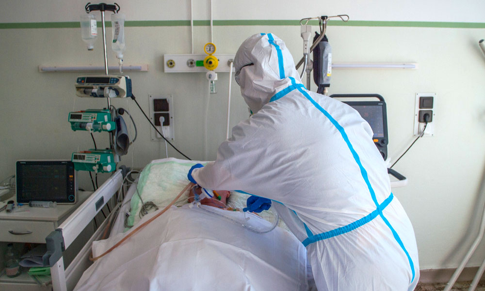 Csúcs közelében a koronavírusban meghaltak száma, nagy a baj a gépi lélegeztetéssel