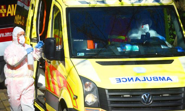 Annyian várnak a tesztelésre, hogy a mentők már berendelik a gyanús eseteket: megkezdődött az orvosok és ápolók átvezénylése a Korányiba