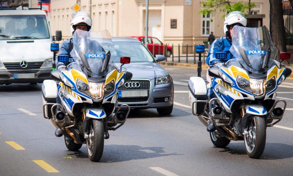 Motoros rendőrök kísérték haza sérült gyermekéhez az érdi édesapát