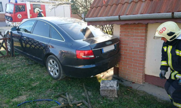Nem húzták be a kéziféket, nekigurult az Audi a háznak, megsérült egy gázvezeték is