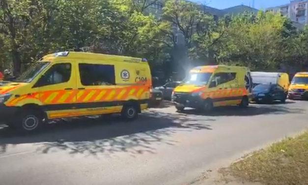Tűz egy társasházi lakásban Csepelen, sok mentő érkezett a helyszínre