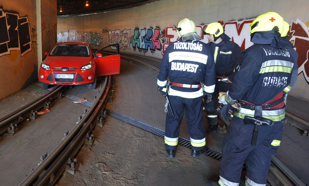 Villamos sínekre hajtott és fennakadt egy autó a Lánchíd alatt
