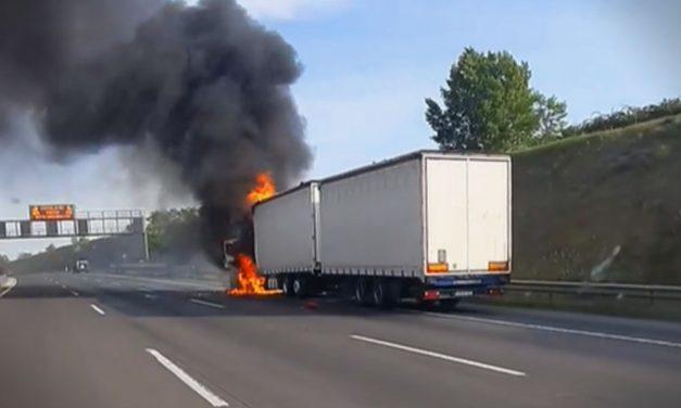 Kigyulladt egy kamion az M0-áson, teljes az útzár