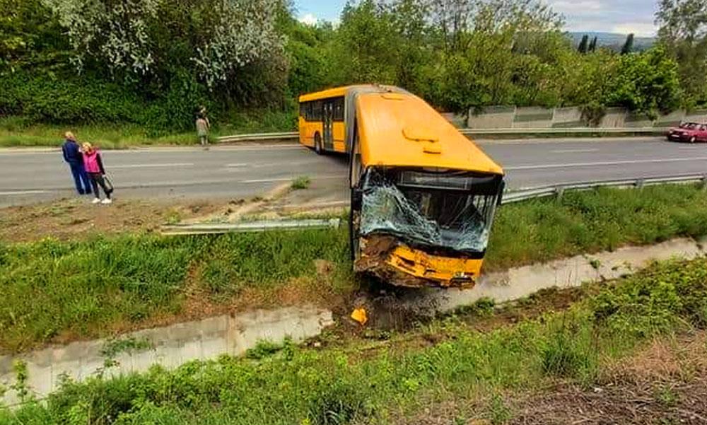 Buszbaleset Érdnél: csúnyán árokba csapódott egy Volánbusz