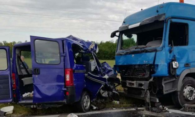 Kamiont előzött a kisbusz, amikor összeütközött a teherautóval – újabb részletek a Balatonnál történt halálos balesetről