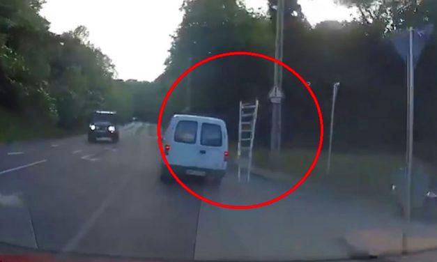 Lerepült a létra a furgonról, majdnem halálos balesetet okozott