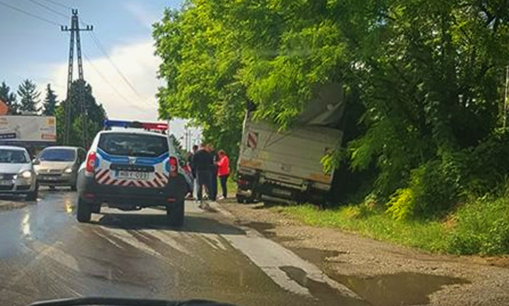 Szalagkorlátnak ütközött egy kisteherautó az M0-áson – több baleset is nehezíti a közlekedést az agglomerációban