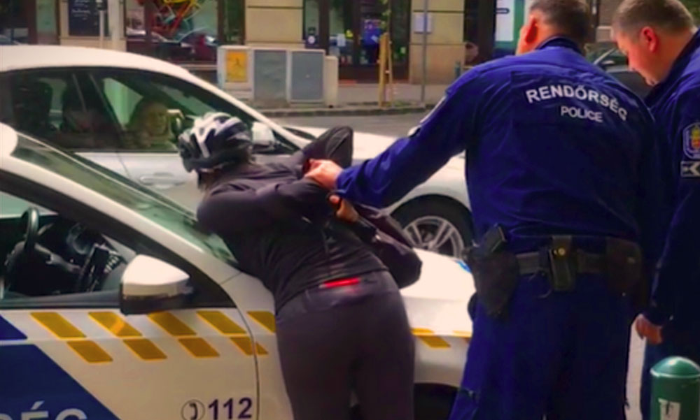 Rendőrautóra tepertek egy bringást és megbilincselték miután átment a piroson
