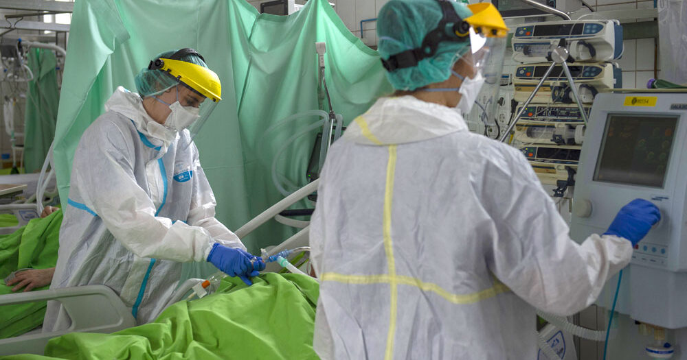 Megint tízezer felett az új koronavírus fertőzöttek száma itthon, meghalt 194 beteg, rengetegen vannak lélegeztetőgépen