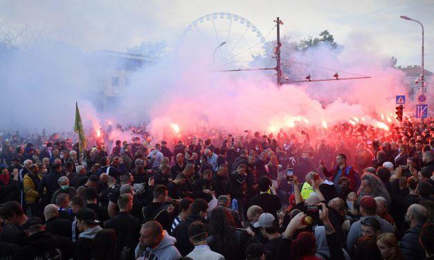 Óriási tömeg a Deák téri gyilkosság helyszínén, füstgránátok égnek a betiltott tüntetésen