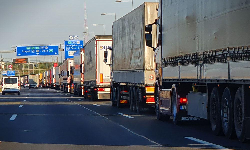 Ezért óvakodj a kamionosoktól, durva baleset az M0-án, bedarálta a monstrum a kisautót – Videó