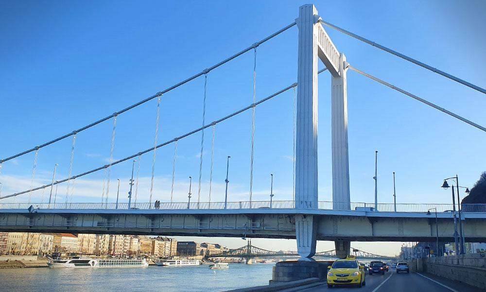 Egy férfi felmászott az Erzsébet híd pillérjére