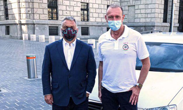 Maszkban pózolt Győrfi Pál Orbán Viktorral a Várban