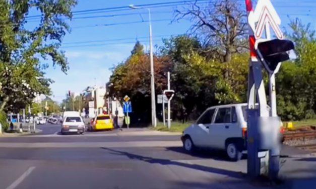 A járdán rongyolt át a pirosra váltó HÉV-fénysorompónál az idióta autós
