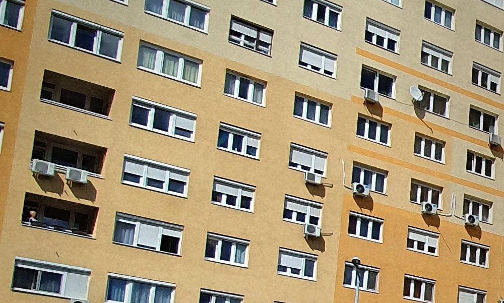 Kiugrott egy panelház 7. emeletéről egy férfi Budapesten