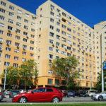 Késsel fenyegetik a kispesti panel lakóit a lépcsőházba költözött hajléktalanok