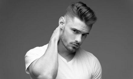 A férfi pólóban rejlő kötetlen elegancia