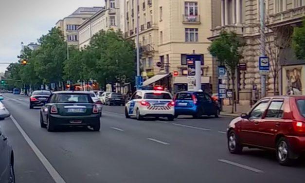 Akció a Belvárosban! Rendőrök elől menekült egy autós, motoros futár állította meg