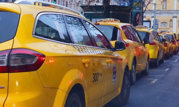 Késsel támadtak egy taxisra Budapesten – A telefonját és a pénzét követelték