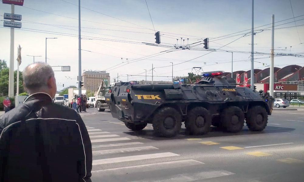 Harckocsikkal vonult a TEK a városban, állt a forgalom