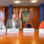Nevetve pózoltak a fideszes vezetők a gödi polgármester üres széke mellett