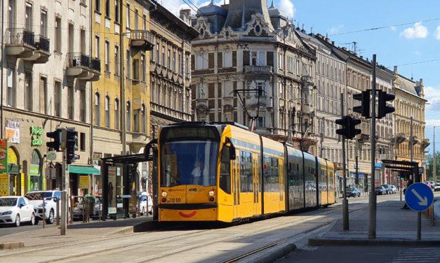 Biciklist gázolt a 4-es villamos, pótlóbuszok szállítják az utasokat