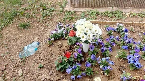 Megrongálták Wichmann Tamás sírját – még a keresztet is ellopták