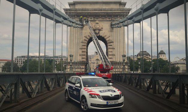 Új fejlemény: Lehozták a Lánchídra felmászott férfit, nem találod ki, hogy mit csinált a pilléren