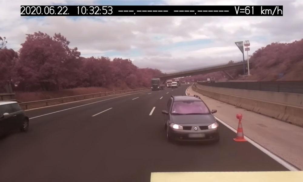Döbbenetes videó: Az M0-áson egy autós becsapódik a munkaterületet védő járműbe