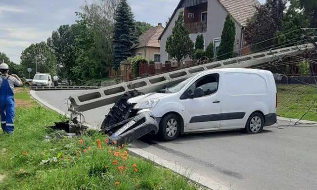 7 villanyoszlopot döntött ki egy autós Veresegyházon