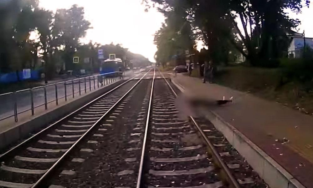 1-2 tizedmásodpercen múlott annak a férfinak az élete, aki villamos alá esett Budapesten