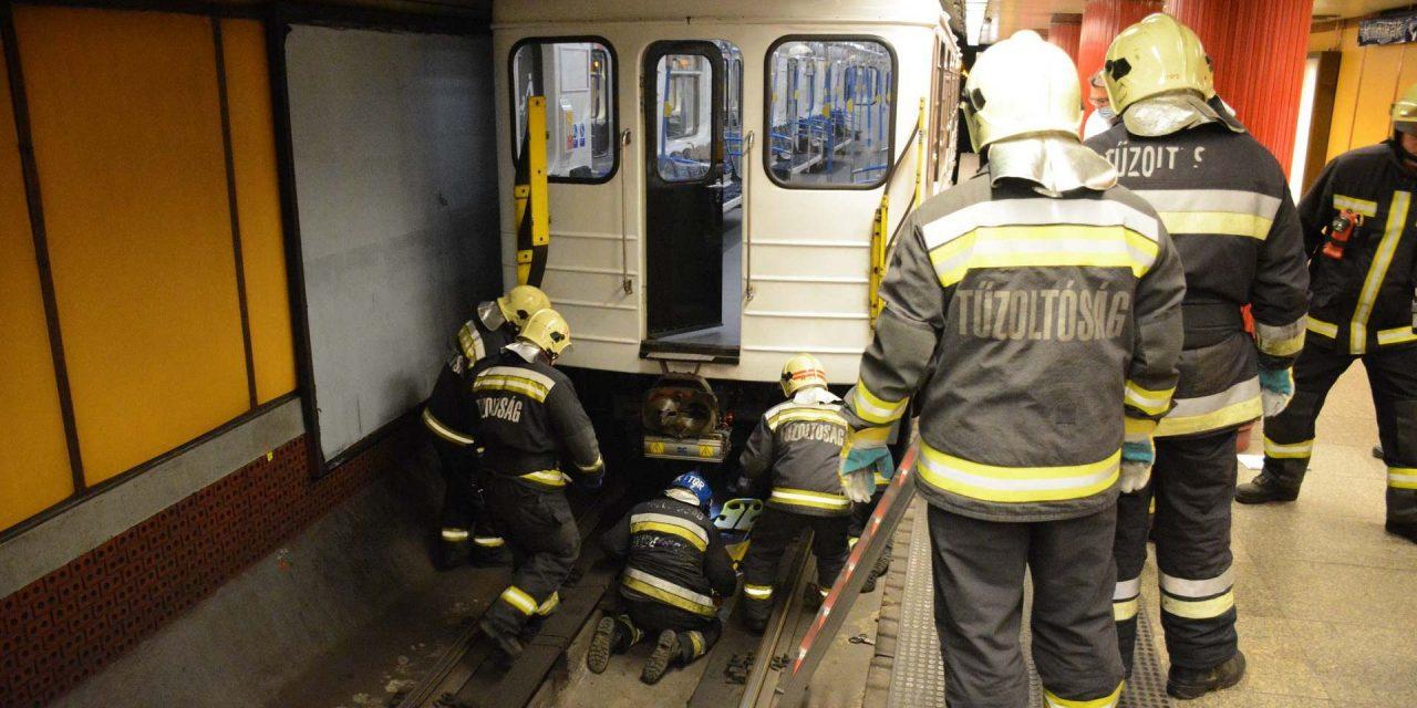 Metró alá esett egy ember az M2-es vonalon, a Deák téri állomáson, a mentés során egy biztonsági őr elájult