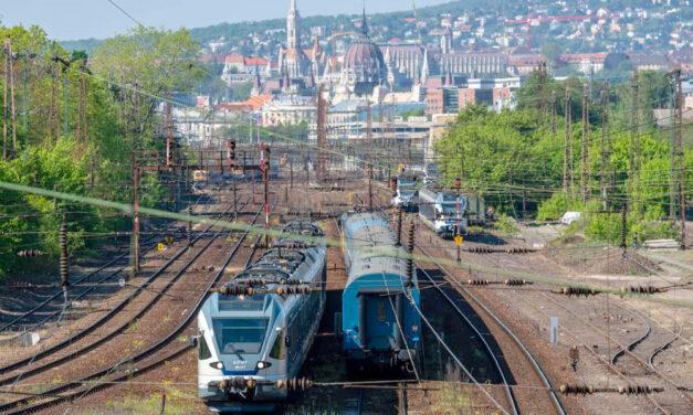 Összeomlott a vonatközlekedés a frissen felújított Nyugatiban, az utasok szerint akkora a víz, hogy ki sem lehet jutni a pályaudvarról