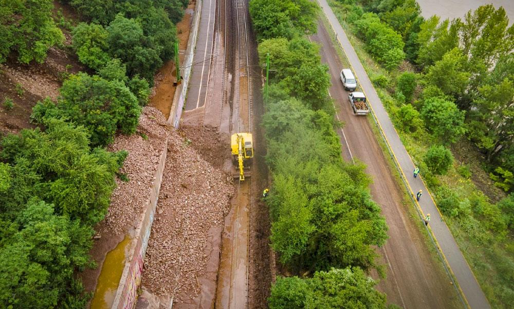 Kőomlás és sárlavina torlaszolta el a Dunakanyarban a vasútvonalat, de miért tart sokáig a helyreállítás?