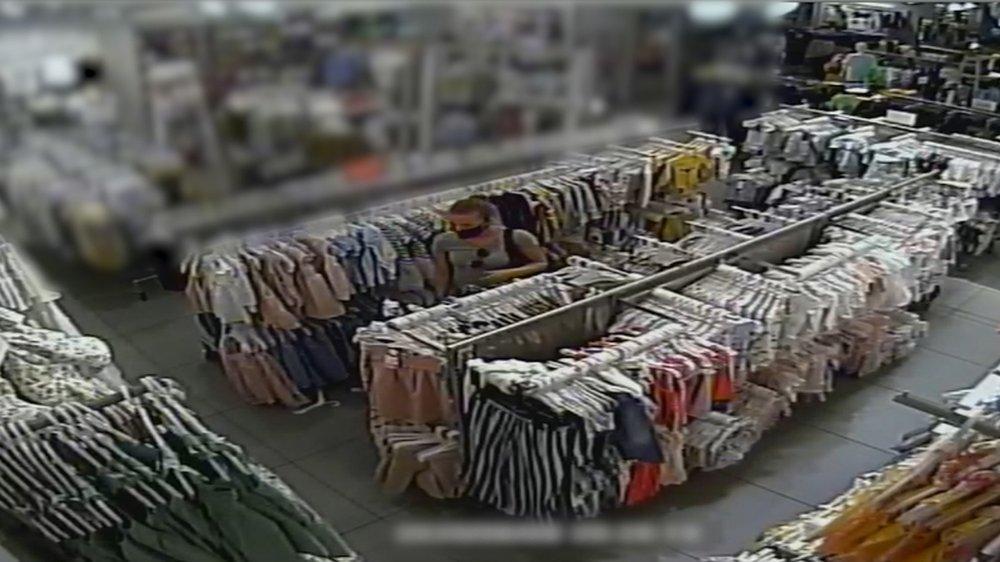Rendőrök keresik a nőt, aki gyerekruhát lopott egy kőbányai boltból