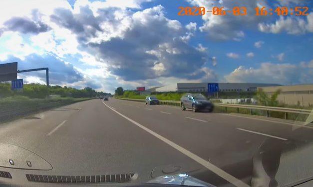 Két autóval egyszerre hajtottak fel rossz irányba az M1-esre, aztán megfordultak