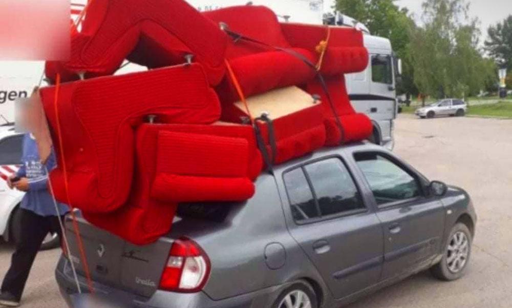 Életveszélyes költözés – egy bútorboltnyi fotelt szállított az  autós