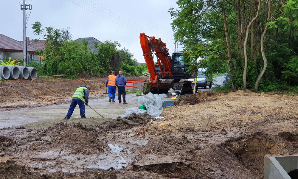 A vihar miatt beszakadt az országút Telki és Páty között, leállították a közlekedést