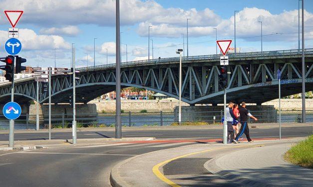 Tragédia a Petőfi hídnál, a rendőrség már kordonokkal eltakarta a helyszínt