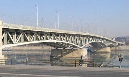 Dunába ugrott egy 30 éves férfi a Petőfi hídról