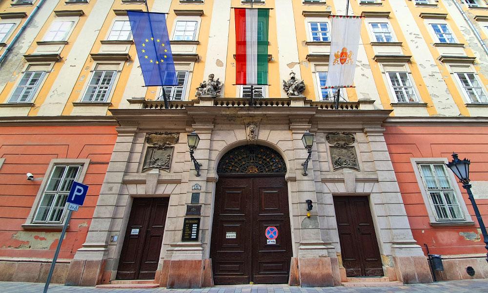 A keresztelés betiltása mellett érvelt a Főpolgármesteri Hivatal munkatársa, kirúgták a Városházáról