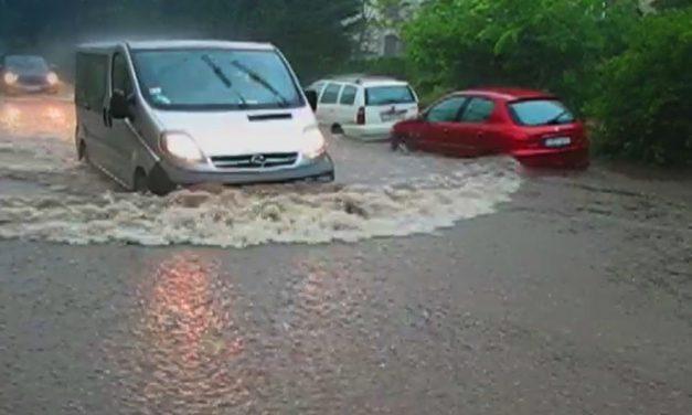 Dunakeszin majdnem elsüllyedtek az autók, rengeteg eső esett